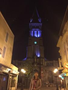 夜のサクレ・クール教会の前で